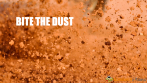 Bite the dust 埃を噛む?クイーンの歌で有名になったイディオム 意味と由来
